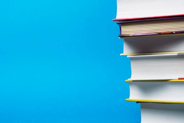 Libros con fondo azul