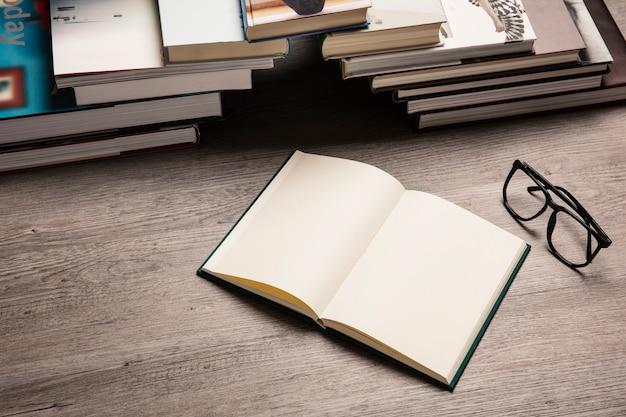 Libros formando puente y gafas