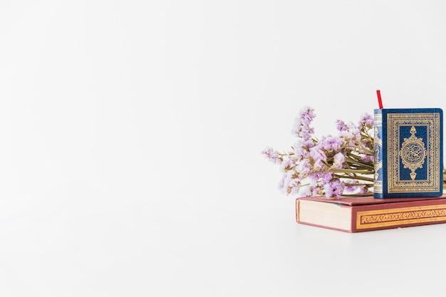 Libros islámicos y flores