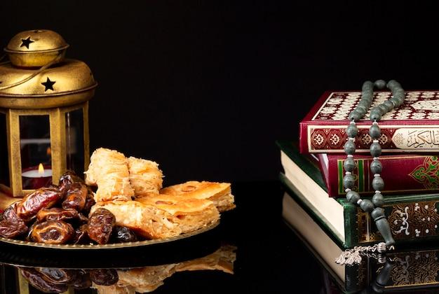 Libros islámicos con linterna y nastar.
