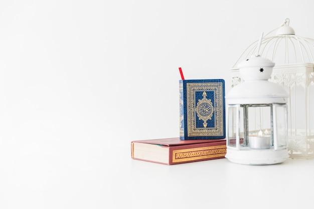 Libros islámicos y linterna
