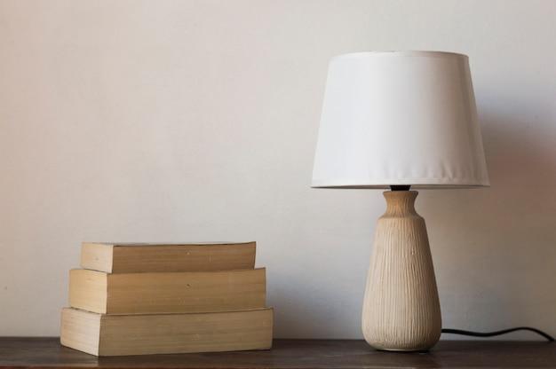 Libros y lámpara
