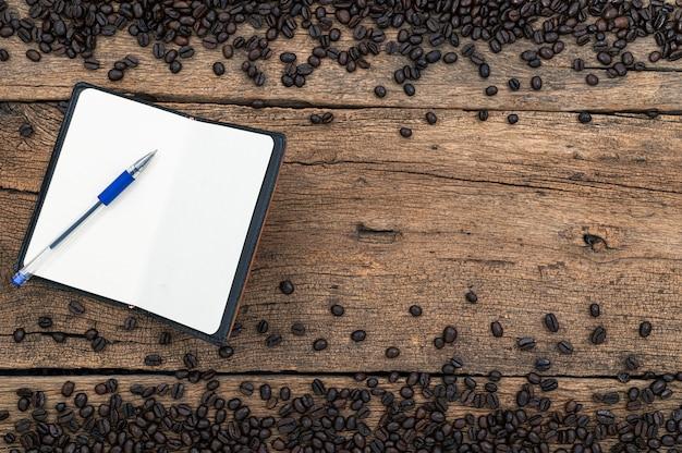 Libros y lápices de granos de café en la vista superior del escritorio