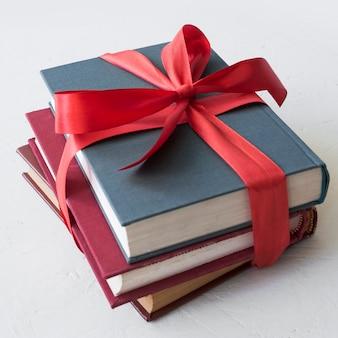 Libros con lazo rojo