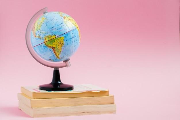 Libros con modelo de globo en rosa