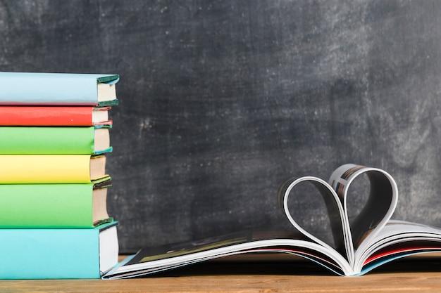 Libros y páginas en forma de corazón.