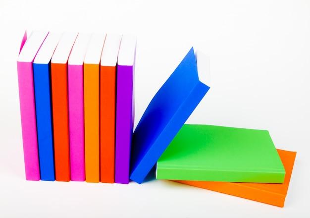 Libros de pie en fila