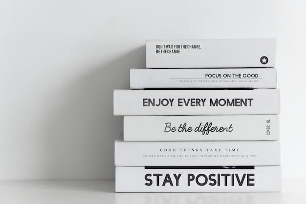 Libros pila sobre fondo blanco