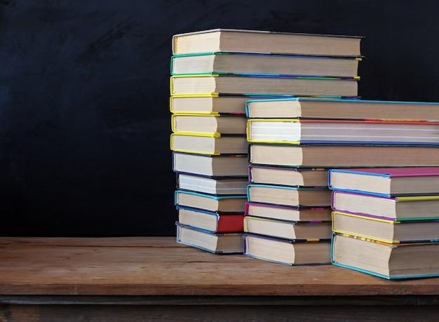 Libros en pilas sobre la mesa.