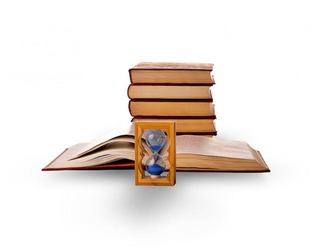 Libros y reloj de arena en el blanco