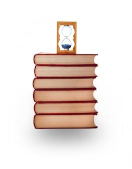 Libros y reloj de arena tallados en blanco