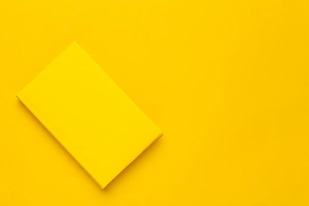 Libros sobre un amarillo
