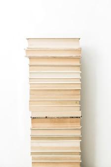 Libros sobre superficie blanca