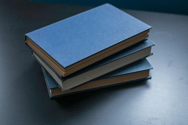 Libros de tapa dura viejos y usados