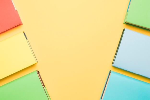 Libros con tapas de colores dispuestos en líneas.