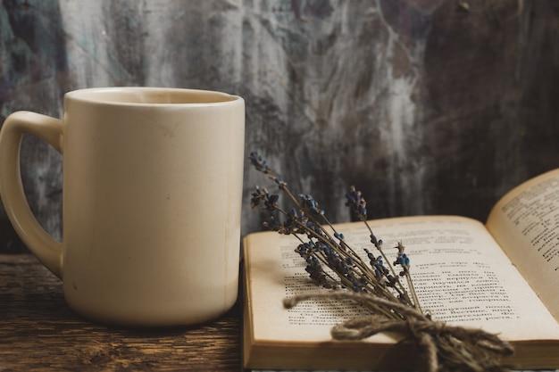 Libros de té caliente y café en un ambiente acogedor en otoño