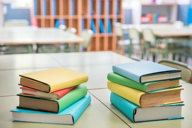 Libros de texto coloridos en el escritorio de la escuela