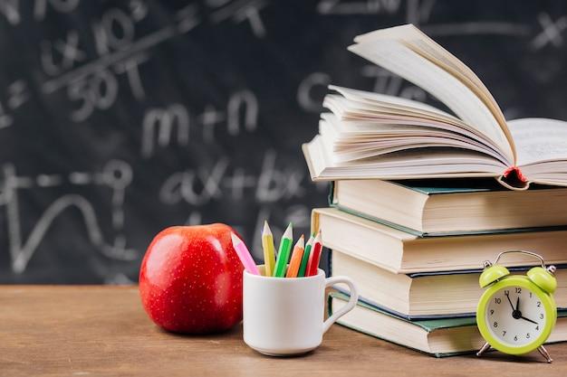 Libros de texto en el escritorio del profesor