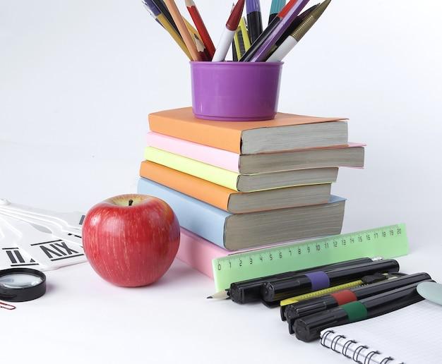 Libros y una variedad de suministros de oficina.