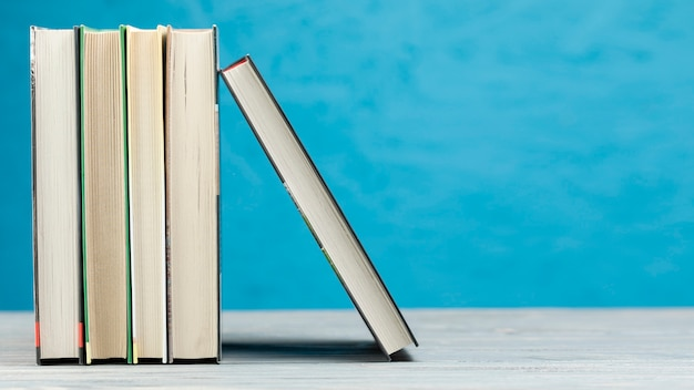 Libros de vista frontal con fondo azul