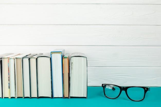 Libros de vista frontal con gafas