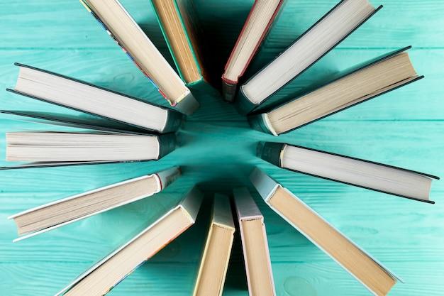 Libros de la vista superior con fondo de madera