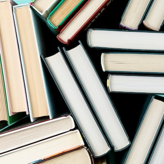 Libros de la vista superior con fondo negro