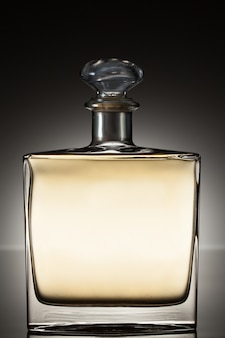 Licor en una botella cuadrada
