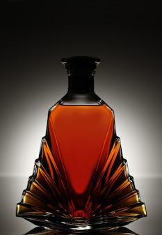 Licor en una hermosa botella de vidrio.