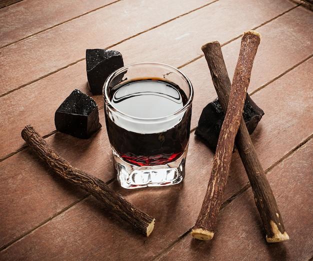 Licor de regaliz con bloques puros y raíces.
