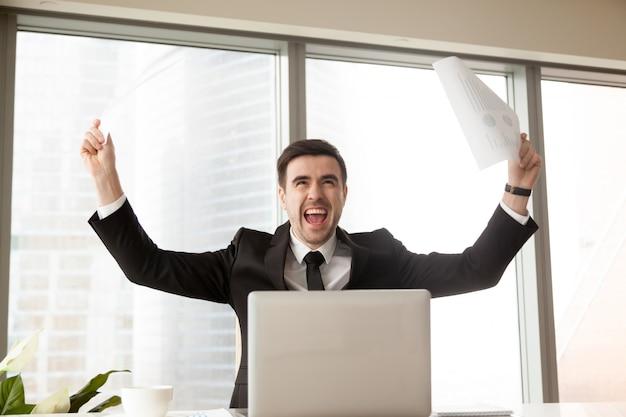 Líder empresarial emocionado por gran éxito.