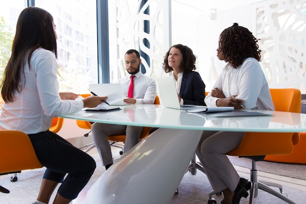 Líder empresarial entrevistando candidato a trabajo