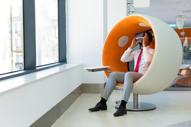 Líder empresarial que usa gafas de realidad virtual