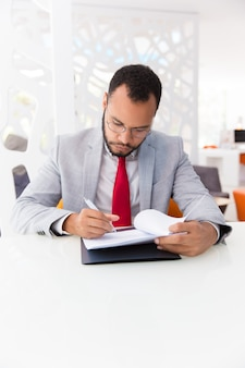 Líder empresarial serio que firma un acuerdo