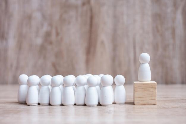 Líder empresario con multitud