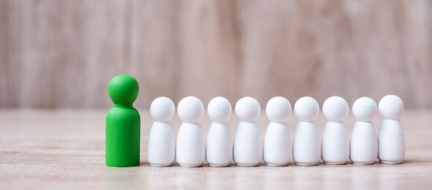 Líder empresario verde con multitud