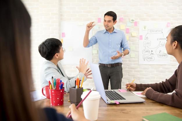 Líder de equipo discutiendo presentaciones de proyectos