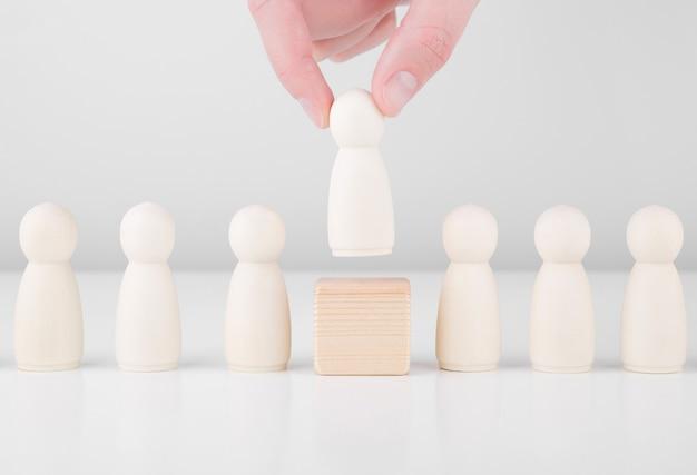 Líder de equipo exitoso. la mano del empresario elige a las personas que se destacan entre la multitud