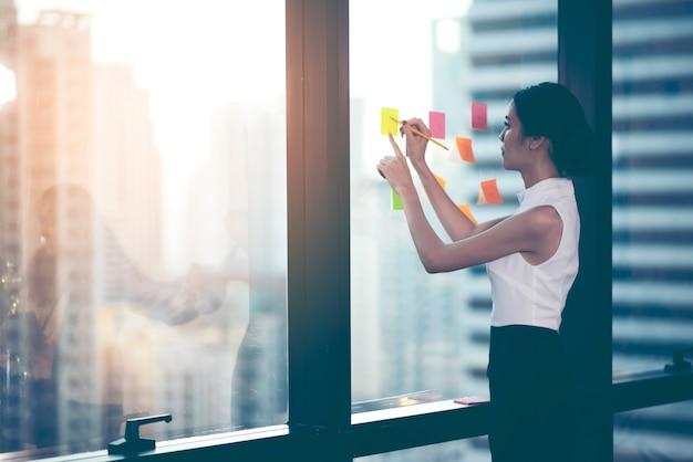 Líder de equipo exitoso y propietario de un negocio líder en una reunión informal de negocios interna.