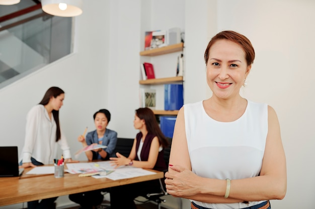Líder femenina de pie en la oficina