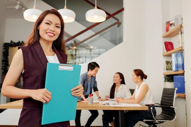 Líder femenina trabajando en la oficina