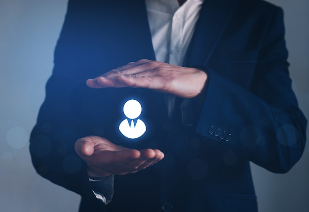 Líder gestiona su equipo con seguros, recursos humanos, agencia de empleo y segmentación de marketing.
