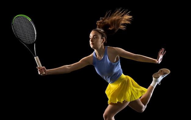 Líder. joven mujer caucásica jugando al tenis aislado
