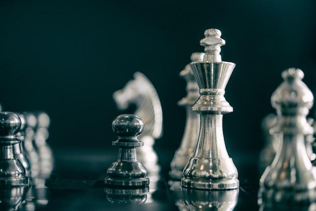 Líder del juego de ajedrez en el negocio