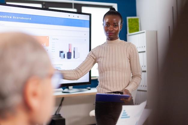 Líder de la organización empresarial de información apuntando al trabajo en equipo de información gráfica