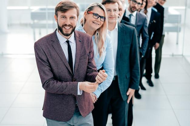 Líder seguro de pie frente al equipo empresarial