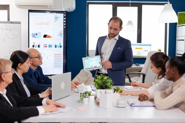 Liderazgo de la empresa explicando el proyecto de información en la sala de conferencias al equipo