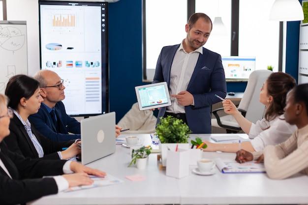 Liderazgo de la empresa explicando el proyecto de información