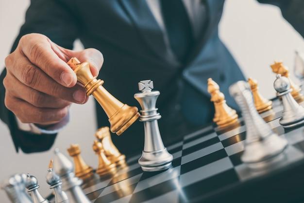 Liderazgo del empresario jugando al ajedrez y plan de estrategia de pensamiento sobre el derrocamiento del equipo opuesto