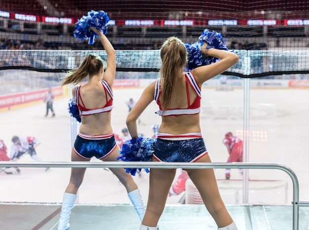Líderes de porristas bailando en hockey